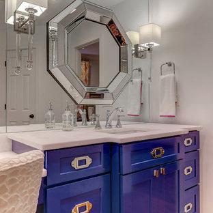 Esempio di una grande stanza da bagno padronale minimal con ante blu, vasca freestanding, doccia ad angolo, piastrelle grigie, piastrelle di marmo, pareti bianche, parquet chiaro, lavabo da incasso, top in marmo, pavimento marrone e porta doccia a battente