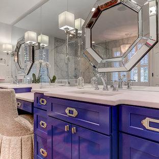 Ispirazione per una grande stanza da bagno padronale design con ante blu, vasca freestanding, doccia ad angolo, piastrelle grigie, piastrelle di marmo, pareti bianche, parquet chiaro, lavabo da incasso, top in marmo, pavimento marrone e porta doccia a battente