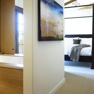На фото: ванные комнаты в современном стиле с полновстраиваемой ванной