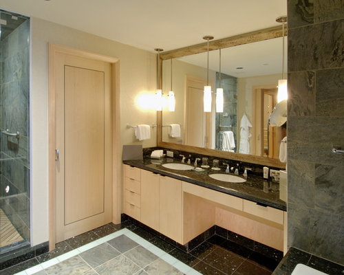 Salle de bain avec des portes de placard en bois clair - Porte de placard salle de bain ...