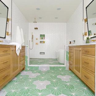 Idee per una stanza da bagno padronale chic con ante in stile shaker, ante in legno chiaro, vasca freestanding, zona vasca/doccia separata, piastrelle bianche, pavimento verde, doccia aperta e top grigio