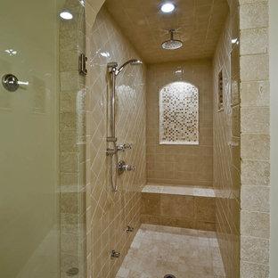Modelo de cuarto de baño tradicional con ducha empotrada y baldosas y/o azulejos beige
