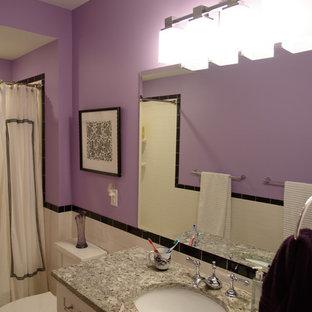 Foto di una stanza da bagno con doccia design di medie dimensioni con WC a due pezzi, pistrelle in bianco e nero, pareti viola, ante in stile shaker, ante bianche, vasca ad alcova, vasca/doccia, piastrelle in ceramica, pavimento con piastrelle in ceramica, lavabo sottopiano e top in granito