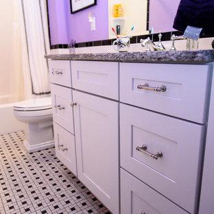 Idee per una stanza da bagno con doccia contemporanea di medie dimensioni con ante in stile shaker, ante bianche, vasca ad alcova, vasca/doccia, WC a due pezzi, pistrelle in bianco e nero, piastrelle in ceramica, pareti viola, pavimento con piastrelle in ceramica, lavabo sottopiano e top in granito