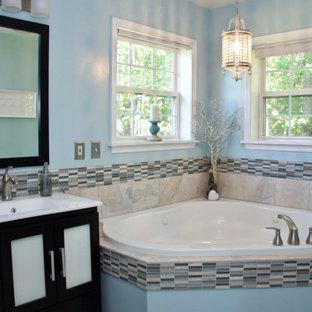Großes Klassisches Badezimmer En Suite mit Glasfronten, dunklen Holzschränken, Eckbadewanne, Wandtoilette mit Spülkasten, farbigen Fliesen, Stäbchenfliesen, blauer Wandfarbe, integriertem Waschbecken und weißer Waschtischplatte in Washington, D.C.