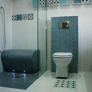 Kleines Shabby-Chic-Style Kinderbad mit freistehender Badewanne, offener Dusche, Wandtoilette, Keramikfliesen, bunten Wänden, Keramikboden und buntem Boden in Manchester