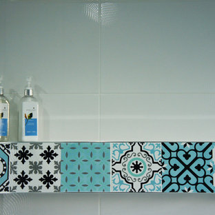 Idées déco pour une petit salle de bain romantique pour enfant avec une baignoire indépendante, une douche ouverte, un WC suspendu, des carreaux de céramique, un mur multicolore, un sol en carrelage de céramique et un sol multicolore.