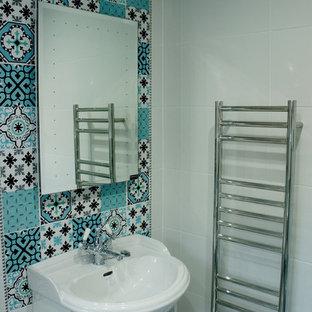 Idée de décoration pour une petit salle de bain style shabby chic pour enfant avec une baignoire indépendante, une douche ouverte, un WC suspendu, des carreaux de céramique, un mur multicolore, un sol en carrelage de céramique et un sol multicolore.