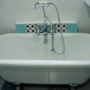 Ispirazione per una piccola stanza da bagno per bambini shabby-chic style con vasca freestanding, doccia aperta, WC sospeso, piastrelle in ceramica, pareti multicolore, pavimento con piastrelle in ceramica e pavimento multicolore