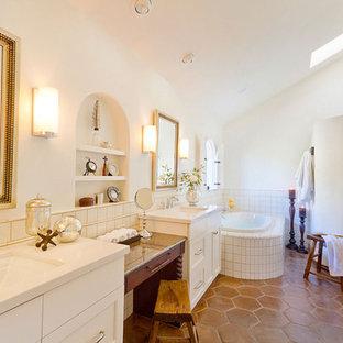 Idéer för ett klassiskt badrum, med perrakottakakel och klinkergolv i terrakotta