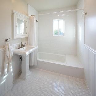 Modelo de cuarto de baño actual con lavabo con pedestal, baldosas y/o azulejos de cemento y suelo blanco