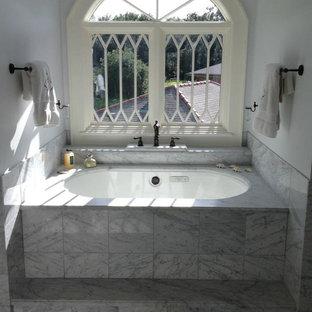 Idee per una stanza da bagno padronale stile shabby con top in marmo, vasca sottopiano, piastrelle bianche, piastrelle in pietra e pavimento in marmo