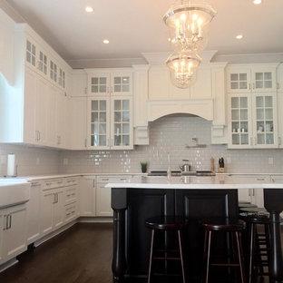 Idéer för ett klassiskt kök, med en undermonterad diskho, luckor med lamellpanel, vita skåp, laminatbänkskiva, vitt stänkskydd, stänkskydd i keramik, rostfria vitvaror, mörkt trägolv och flera köksöar
