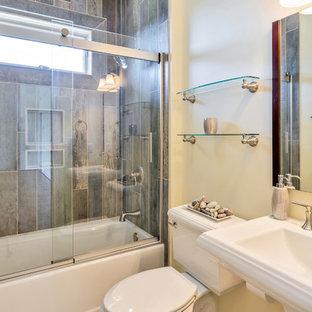 Immagine di una piccola stanza da bagno con doccia stile americano con vasca ad alcova, vasca/doccia, WC a due pezzi, piastrelle multicolore, piastrelle in ardesia, pareti beige e lavabo a colonna