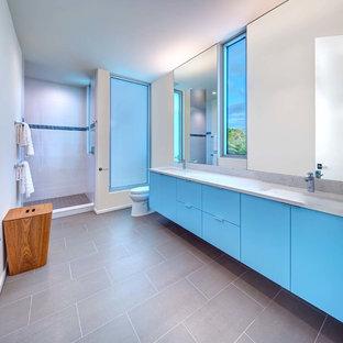 Idee per una stanza da bagno padronale moderna di medie dimensioni con ante lisce, ante verdi, doccia aperta, piastrelle bianche, pareti bianche, pavimento in legno massello medio, lavabo da incasso, top in quarzo composito, pavimento marrone, doccia aperta e top grigio