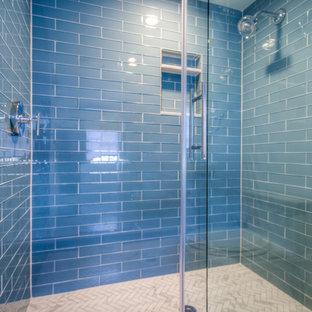 Immagine di una stanza da bagno con doccia design di medie dimensioni con doccia alcova, piastrelle blu, piastrelle di vetro, pareti bianche, pavimento in marmo, lavabo a consolle, top in quarzo composito, pavimento bianco, porta doccia scorrevole e top bianco