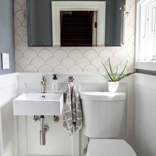 Diseño de cuarto de baño con ducha, moderno, pequeño, con sanitario de dos piezas, baldosas y/o azulejos blancos, baldosas y/o azulejos de cerámica, paredes grises, suelo de mármol y lavabo suspendido