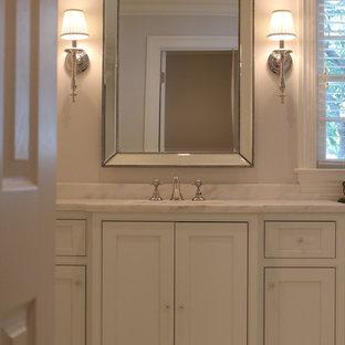 Immagine di un'ampia stanza da bagno padronale tradizionale con ante in stile shaker, ante bianche, vasca freestanding, piastrelle bianche, piastrelle diamantate, pareti beige, pavimento in marmo, lavabo sottopiano e top in marmo