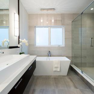 Ispirazione per una stanza da bagno padronale design di medie dimensioni con vasca freestanding, doccia aperta, piastrelle grigie, piastrelle in pietra, pareti bianche, pavimento in ardesia, lavabo rettangolare e top in marmo