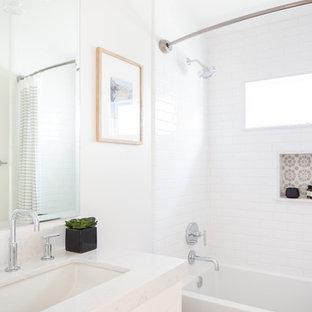 Réalisation d'une petit salle de bain tradition avec un placard à porte shaker, des portes de placard blanches, un WC séparé, un carrelage blanc, des carreaux de céramique, un mur blanc, un sol en linoléum, un lavabo encastré, un plan de toilette en surface solide, un sol turquoise et une cabine de douche à porte battante.