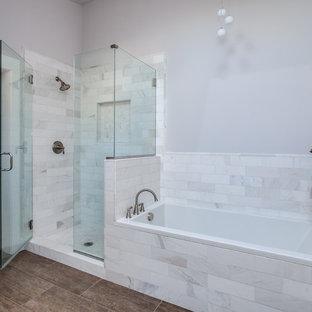 Inspiration för mellanstora moderna en-suite badrum, med skåp i shakerstil, ett platsbyggt badkar, vit kakel, marmorbänkskiva, porslinskakel, en hörndusch och grå väggar