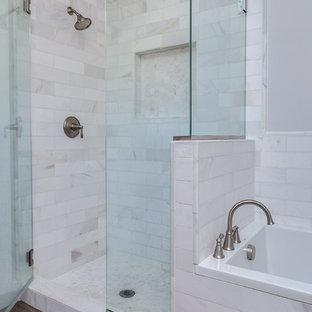 Foto de cuarto de baño principal, minimalista, de tamaño medio, con puertas de armario blancas, bañera encastrada, paredes blancas, encimera de mármol, ducha a ras de suelo, baldosas y/o azulejos blancos y baldosas y/o azulejos de porcelana