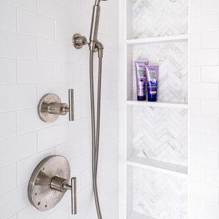 Inspiration för ett mellanstort vintage vit vitt en-suite badrum, med skåp i shakerstil, svarta skåp, en dusch i en alkov, en toalettstol med separat cisternkåpa, vit kakel, tunnelbanekakel, vita väggar, marmorgolv, ett undermonterad handfat, bänkskiva i kvarts, vitt golv och dusch med gångjärnsdörr