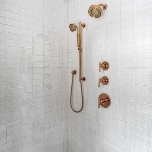 Inredning av ett retro mellanstort vit vitt en-suite badrum, med luckor med profilerade fronter, en hörndusch, en toalettstol med separat cisternkåpa, vit kakel, tunnelbanekakel, vita väggar, mosaikgolv, ett nedsänkt handfat, vitt golv och dusch med gångjärnsdörr