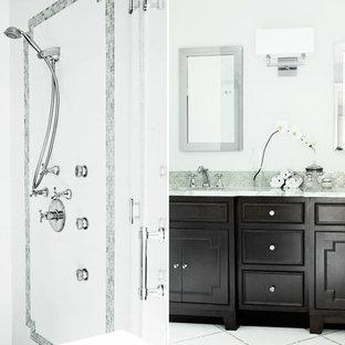Ispirazione per una grande stanza da bagno padronale classica con ante lisce, ante in legno bruno, vasca ad angolo, doccia aperta, WC monopezzo, piastrelle grigie, lastra di pietra, pareti bianche, parquet scuro, lavabo da incasso e top in superficie solida
