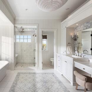 Immagine di una grande stanza da bagno padronale tradizionale con ante bianche, top in marmo, vasca freestanding, doccia alcova, piastrelle a mosaico, pareti bianche, ante con riquadro incassato, piastrelle multicolore e lavabo sottopiano
