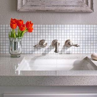 Inspiration pour une petit salle d'eau traditionnelle avec un lavabo encastré, un placard à porte plane, des portes de placard blanches, un plan de toilette en verre recyclé, une baignoire en alcôve, un carrelage blanc, un carrelage en pâte de verre et un mur beige.