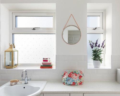 Kleines Landhaus Kinderbad Mit Schrankfronten Im Shaker Stil, Weißen  Schränken, Einbaubadewanne, Duschbadewanne