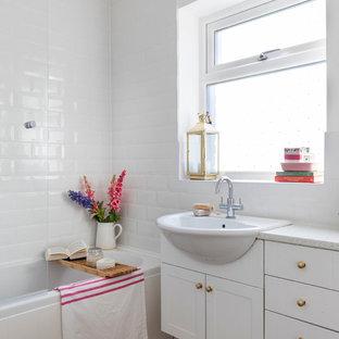 Создайте стильный интерьер: маленькая ванная комната в стиле кантри с фасадами в стиле шейкер, белыми фасадами, накладной ванной, душем над ванной, унитазом-моноблоком, белой плиткой, плиткой кабанчик, белыми стенами, полом из ламината, накладной раковиной и столешницей из ламината - последний тренд