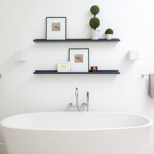 Inspiration för stora moderna en-suite badrum, med ett fristående badkar, porslinskakel, vita väggar, klinkergolv i porslin, släta luckor, skåp i mörkt trä, en kantlös dusch, beige kakel, ett fristående handfat, bänkskiva i kvarts, beiget golv och dusch med gångjärnsdörr