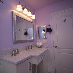 Стильный дизайн: ванная комната среднего размера в классическом стиле с врезной раковиной, фасадами с декоративным кантом, белыми фасадами, столешницей из искусственного кварца, ванной на ножках, раздельным унитазом, серой плиткой, каменной плиткой, фиолетовыми стенами, мраморным полом и душевой кабиной - последний тренд