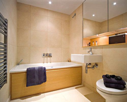 Salles de bains et wc avec un plan de toilette en surface solide et un placar - Baignoire avec porte vitree ...
