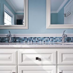 Idéer för mellanstora badrum för barn, med bänkskiva i kvarts, luckor med upphöjd panel, vita skåp, ett badkar i en alkov, en dusch/badkar-kombination, en toalettstol med separat cisternkåpa, vit kakel, keramikplattor, blå väggar, klinkergolv i keramik, ett undermonterad handfat, vitt golv och dusch med duschdraperi