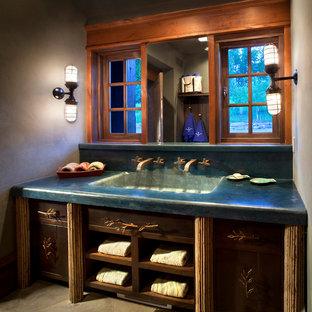 Uriges Badezimmer mit Beton-Waschbecken/Waschtisch und türkiser Waschtischplatte in Sonstige