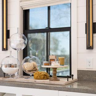 Diseño de cuarto de baño principal, tradicional renovado, grande, con armarios estilo shaker, puertas de armario blancas, bañera exenta, paredes blancas, lavabo bajoencimera, encimera de cemento, suelo gris y encimeras grises