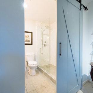Esempio di una stanza da bagno padronale stile marinaro di medie dimensioni con ante in stile shaker, ante marroni, doccia alcova, WC a due pezzi, piastrelle bianche, piastrelle in gres porcellanato, pareti bianche, pavimento in gres porcellanato, lavabo sottopiano e top in quarzo composito