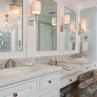 Mittelgroßes Klassisches Badezimmer En Suite mit Unterbauwaschbecken, Kassettenfronten, weißen Schränken, Mosaikfliesen, blauer Wandfarbe, dunklem Holzboden, beigefarbenen Fliesen, grauen Fliesen, Marmor-Waschbecken/Waschtisch, braunem Boden und weißer Waschtischplatte in Houston