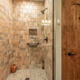 Immagine di una stanza da bagno con doccia rustica di medie dimensioni con ante lisce, ante in legno bruno, doccia alcova, WC a due pezzi, piastrelle multicolore, piastrelle in terracotta, pareti grigie, pavimento con piastrelle in ceramica, lavabo sottopiano, top in granito, pavimento arancione, doccia aperta e top grigio
