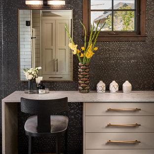 Idée de décoration pour une grand salle de bain principale chalet avec un placard à porte plane, un plan de toilette en surface solide, un sol multicolore, des portes de placard beiges, un carrelage marron, carrelage en métal, un mur marron, un plan de toilette beige et meuble-lavabo sur pied.