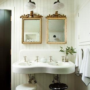 Ejemplo de cuarto de baño campestre con paredes blancas, suelo de madera oscura, lavabo suspendido y suelo marrón