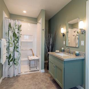 Foto di una stanza da bagno con doccia american style di medie dimensioni con ante in stile shaker, ante verdi, doccia a filo pavimento, piastrelle grigie, pareti verdi, pavimento in sughero, lavabo sottopiano e top in quarzo composito