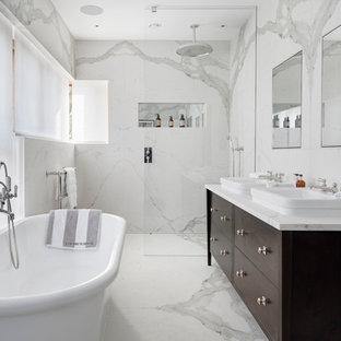 Ispirazione per una stanza da bagno classica di medie dimensioni con ante lisce, ante marroni, vasca freestanding, doccia aperta, piastrelle bianche, pavimento in marmo, lavabo da incasso, top in marmo, doccia aperta e piastrelle di marmo