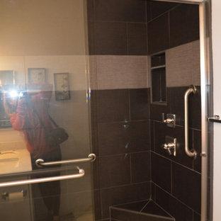 Ispirazione per una stanza da bagno minimalista con ante in stile shaker, ante bianche, doccia alcova, WC a due pezzi, piastrelle nere, piastrelle di ciottoli, pareti grigie, pavimento in gres porcellanato, lavabo sottopiano, top in quarzo composito, pavimento grigio, porta doccia scorrevole e top multicolore