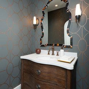 Foto de cuarto de baño con ducha, de estilo americano, pequeño, con armarios tipo mueble, puertas de armario de madera en tonos medios, sanitario de una pieza, paredes multicolor, suelo de baldosas de porcelana, lavabo bajoencimera, encimera de mármol y suelo azul
