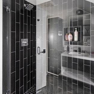 Modernes Badezimmer mit flächenbündigen Schrankfronten, weißen Schränken, schwarzen Fliesen, Porzellanfliesen, weißer Wandfarbe, Porzellan-Bodenfliesen, Waschtischkonsole, Laminat-Waschtisch, grauem Boden, weißer Waschtischplatte und Falttür-Duschabtrennung in Philadelphia