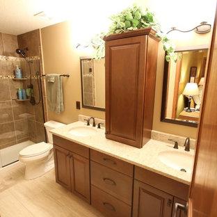 Idéer för ett mellanstort klassiskt en-suite badrum, med skåp i mellenmörkt trä, klinkergolv i keramik, luckor med upphöjd panel, en toalettstol med separat cisternkåpa, beige kakel, keramikplattor, beige väggar, ett undermonterad handfat, bänkskiva i kvarts och en dusch i en alkov